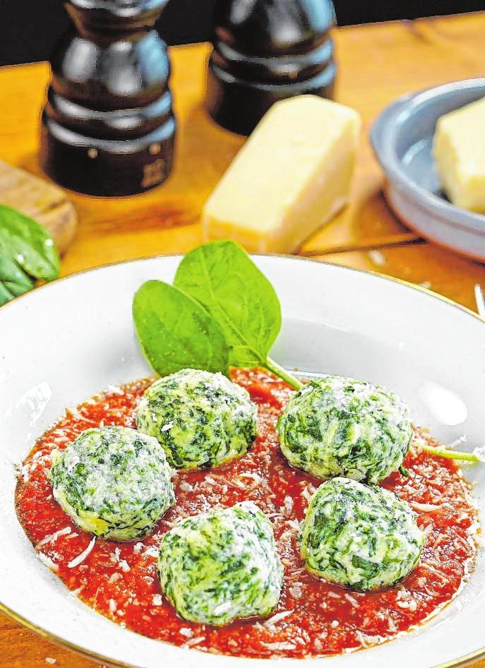 Die Malfatti mit Kräuter-Tomatensauce sind schnell gezaubert.