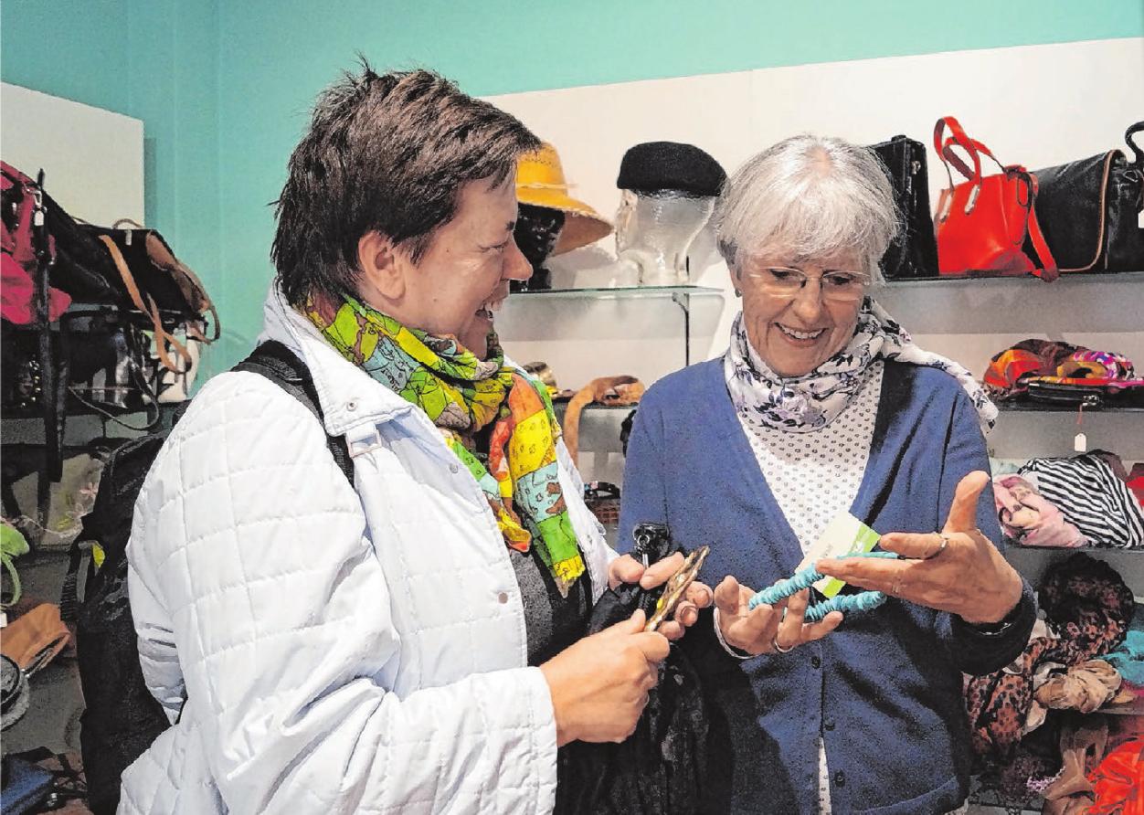 Die ehrenamtliche Mitarbeiterin Heidi Wolf (r.) hat wie die anderen im Team einen guten Draht zu den Kunden. Fotos: Petra Starzmann