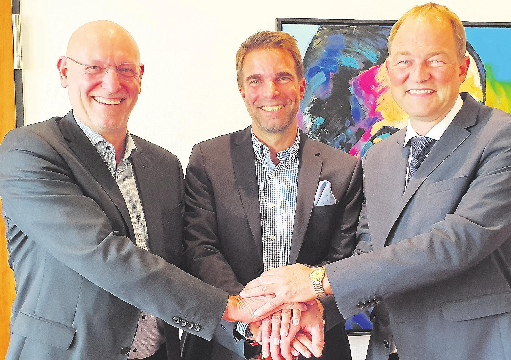 Gemeinsam stark: Celles Oberbürgermeister Dr. Jörg Nigge (Mitte) dankte Wolfgang Lohmann (links) und Dr. Jens Dommes (rechts) stellvertretend für alle engagierten Bürgerinnen und Bürger für ihr Engagement in Sachen Ostumgehung. Foto: Stadt Celle