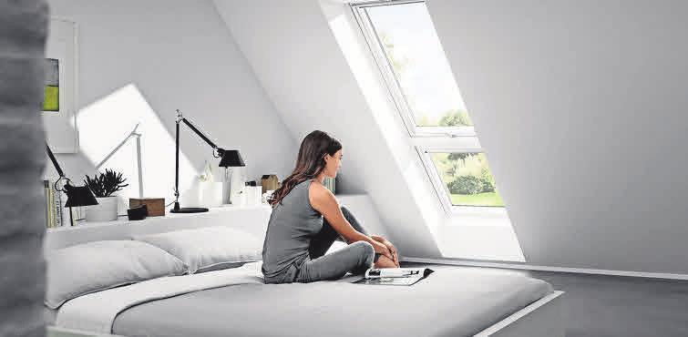 Lichtbänder ermöglichen große Fensterflächen im Obergeschoss. Dadurch wirkt der Raum heller und auch größer. Foto: djd/Velux