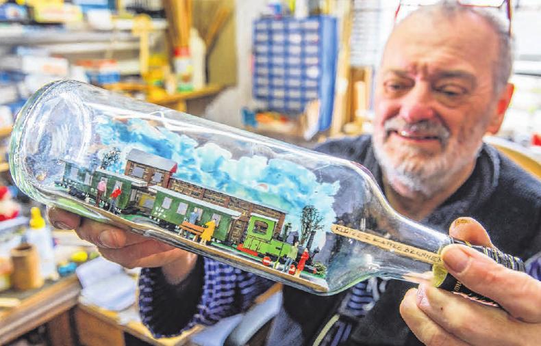 Jürgen Kubatz zeigt in dem kleinen Buddelschiff-Museum in Boltenhagen seine Werke. Foto: Jens Büttner