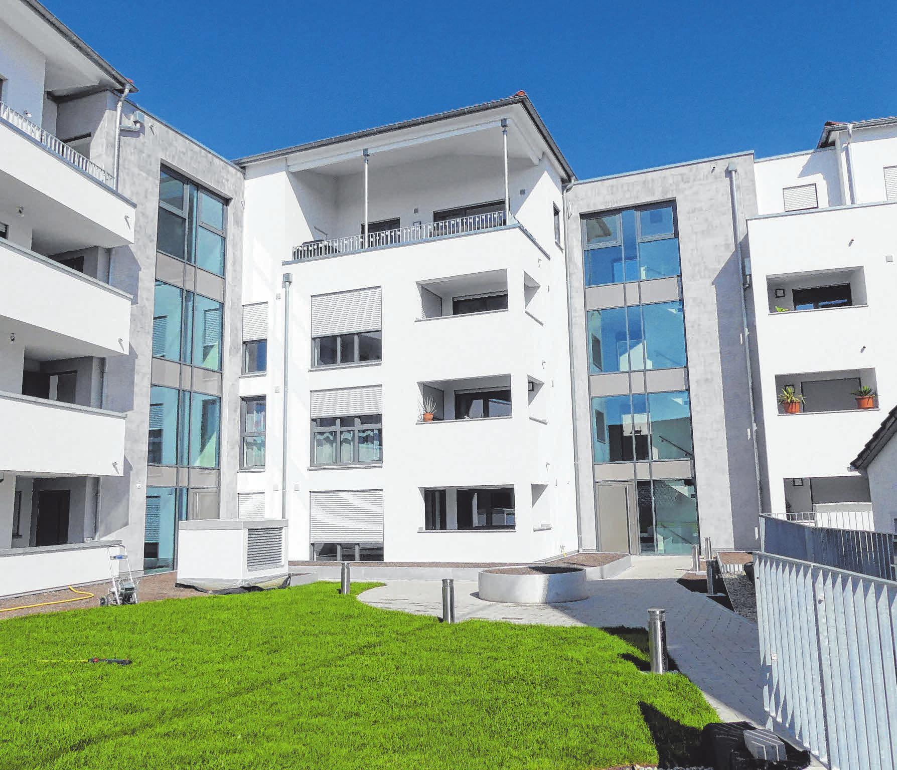 Zwei großzügig gestaltete Treppenhäuser trennen die drei Häuser mit den Wohnungen.