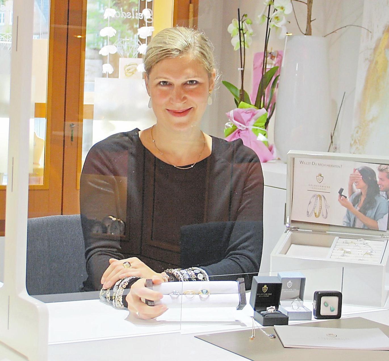 Marina Knöpker berät ihre Kunden gerne persönlich in der Goldschmiede Geilsdorf.
