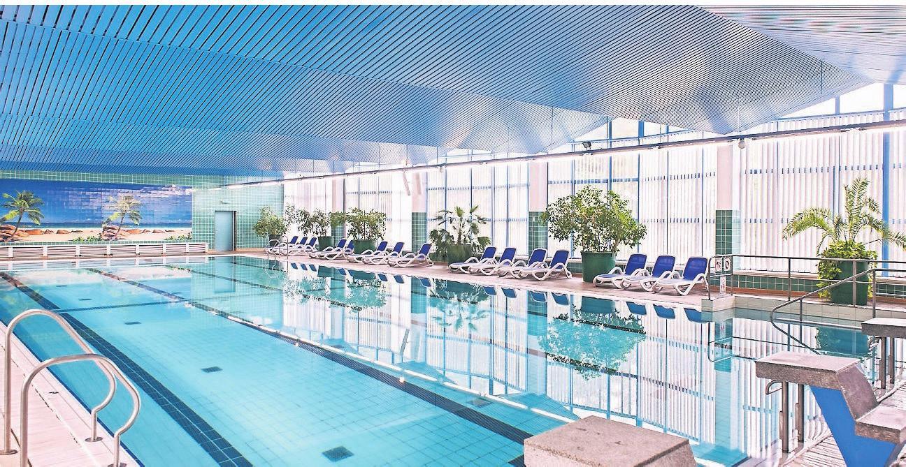 Den Indoor-Pool des Hotels können Gäste das ganze Jahr über nutzen. Im Sommer ergänzt ein Außenpool das Angebot.