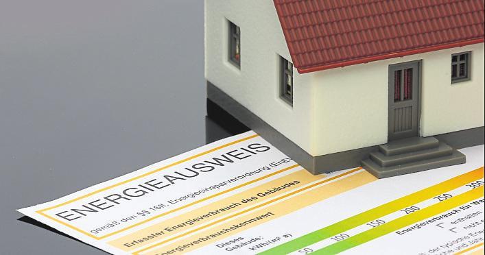 """Zur sogenannten """"Wärmewende im Quartier"""" tragen in erster Linie private Maßnahmen zur Energieeffizienz bei, wie zum Beispiel Dachdämmung und Senkung der Verbrauchswerte, festgehalten im Energieausweis. Fotos: pixelio.de (Tim Reckmann u. Rainer Sturm)"""