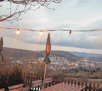 Einen wunderschönen Ausblick weit über die Grenzen hinaus von Bad Kissingen hat man im Biergarten vom Café Sinnberg.