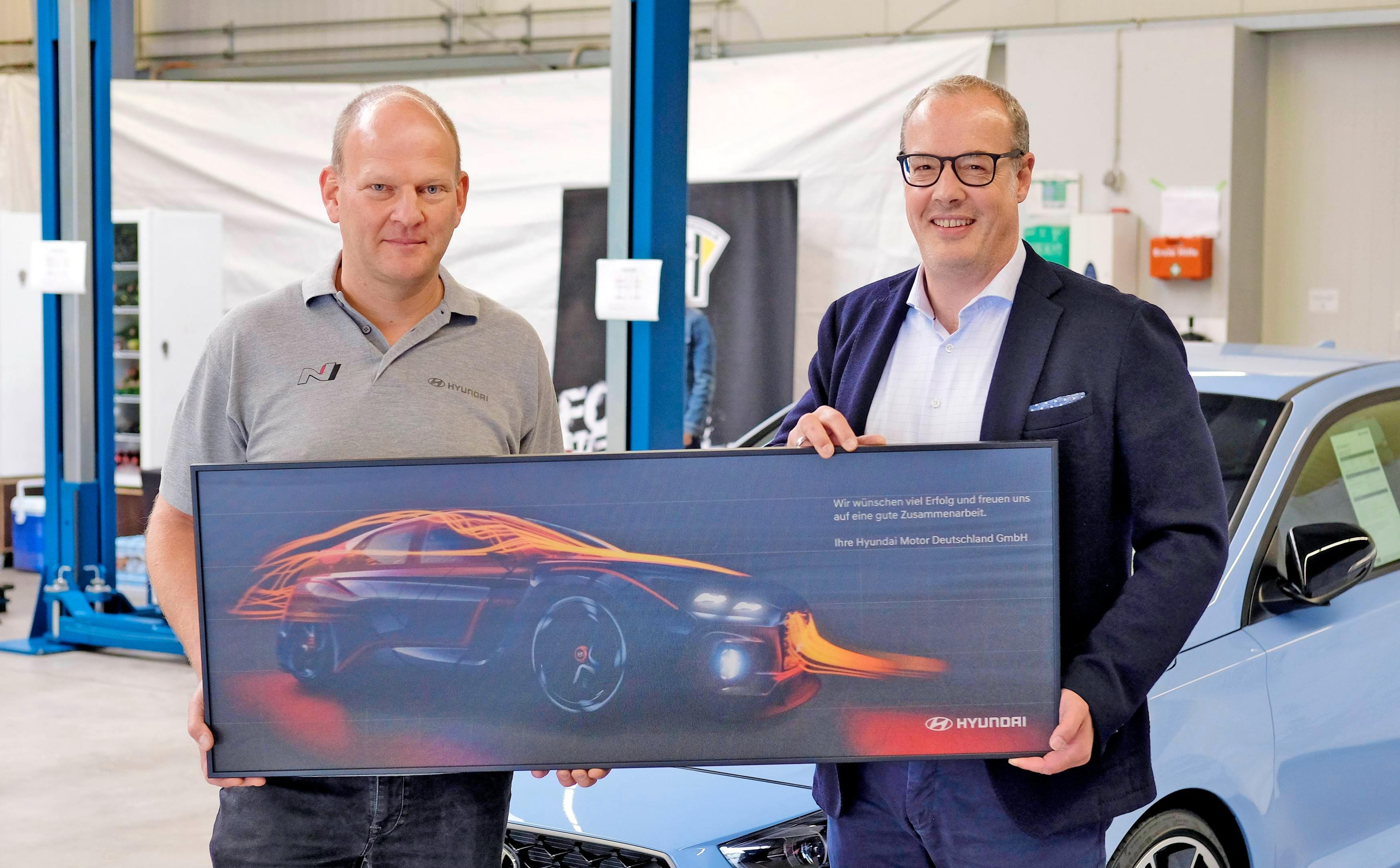 Geschäftsführer Mike Schedler (links) freut sich mit Holger Müller (Vertriebschef von Hyundai Motor Deutschland) auf die künftige Zusammenarbeit.