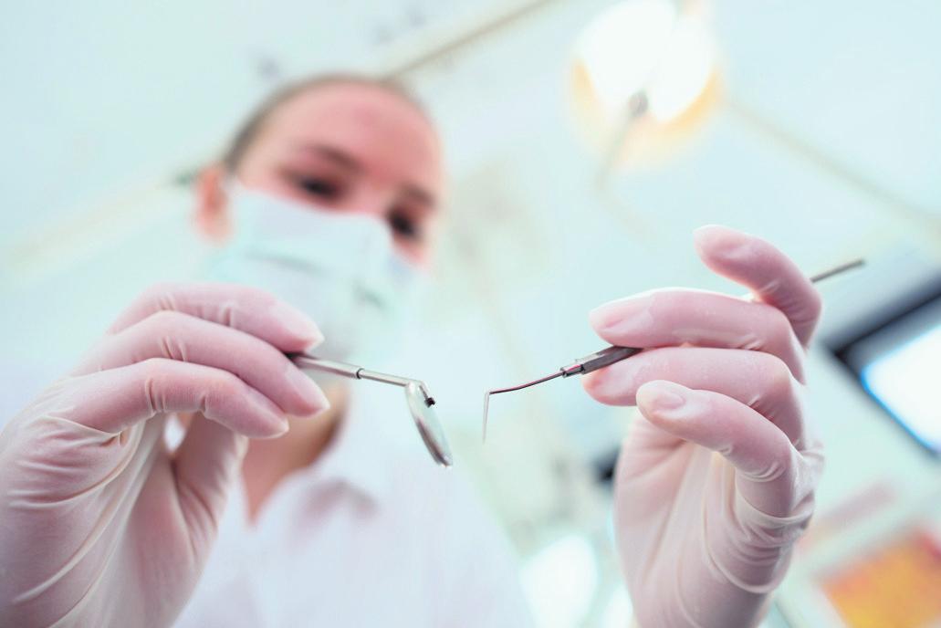 Zähne gut, alles gut? Nicht, wenn die Behandlung teuer wird und der Patient zuzahlen muss. Eine Zahnzusatzversicherung kann Kosten auffangen – wenn sie rechtzeitig abgeschlossen wurde. FOTO: PICTURE ALLIANCE/DPA