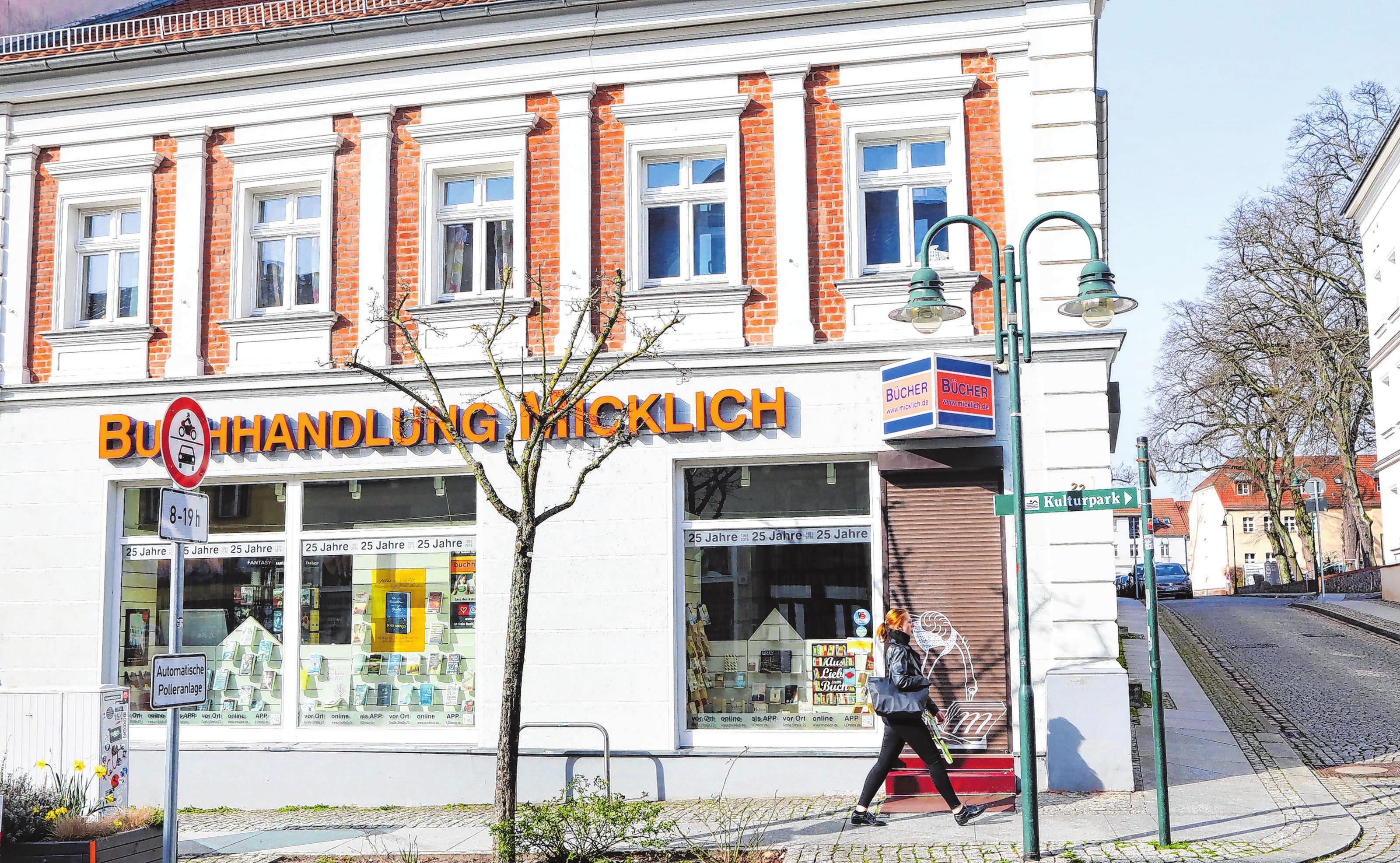 Die Buchhandlung Micklich in der Großen Straße in Strausberg bleibt wegen Corona-Krise geschlossen, ist aber online erreichbar. Foto: Gerd Markert