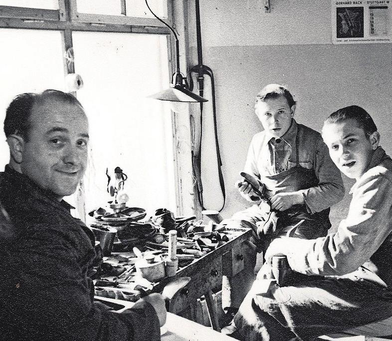 Orthopädie-Schuhmachermeister Hermann Schäfer (li.), der Vater des heutigen Firmeninhabers, hat das Fachgeschäft im Jahr 1921 als kleine orthopädische Schuh- und Reparaturwerkstatt gegründet. Foto: z