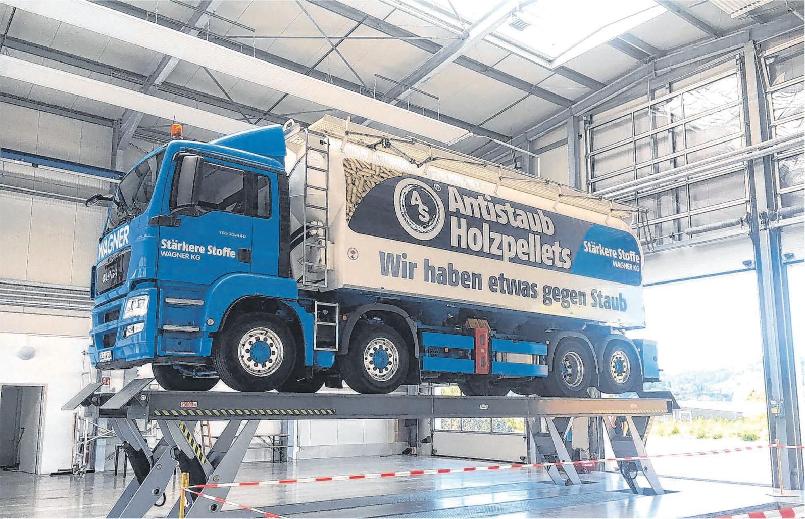Die Krananlage in der neuen Halle erleichtert das Aufbringen der Gewichte auf die Fahrzeuge. Fotos: privat