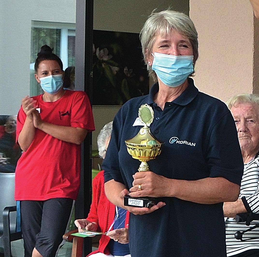 Pflegedienstleiterin Madeleine Jacobeit (v. l.) und Einrichtungsleiterin Cornelia Pollnow freuen sich mit den Gewinnern.