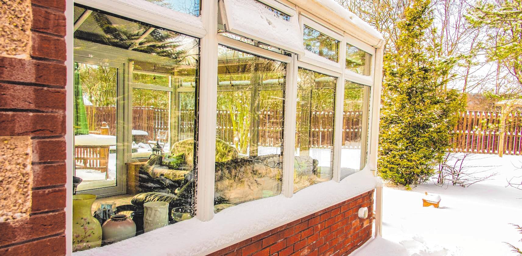 Mit einem Wintergarten lässt sich die Natur zu jeder Jahreszeit genießen. BILD: TREASUREGALORE - STOCK.ADOBE.COM