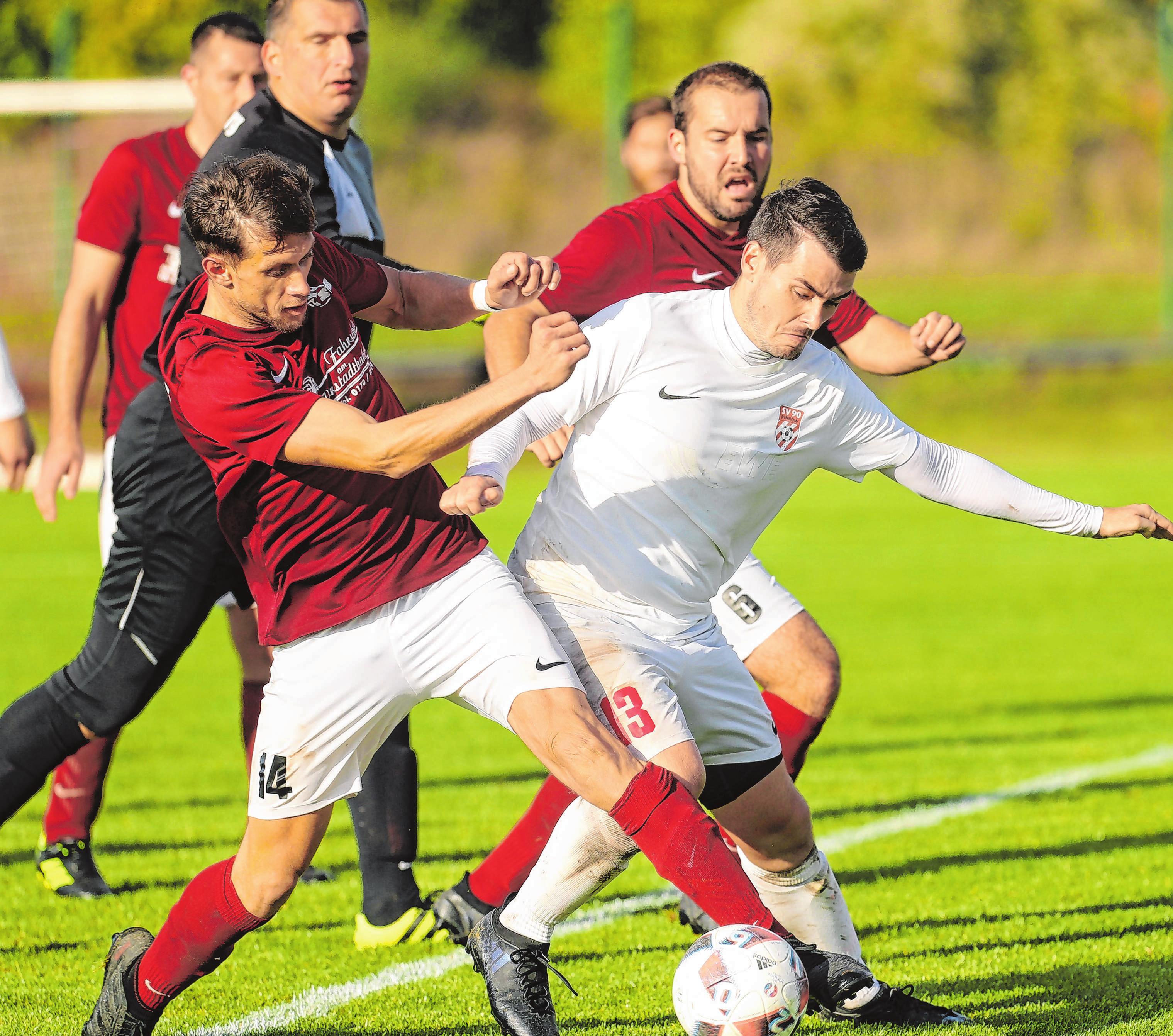Für den Liga-Ersten SV Boitzenburg, der nicht höherklassig spielen will, nutzten die Pinnower die Aufstiegschance zur Landesklasse (Foto: Szene aus der Partie gegeneinander).