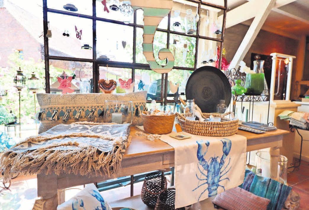 Meeresfarben machen ein Zuhause schöner: Bei Home & Garden gibt es schöne Wohnaccessoires, mit denen wir den Sommer ins Haus holen.