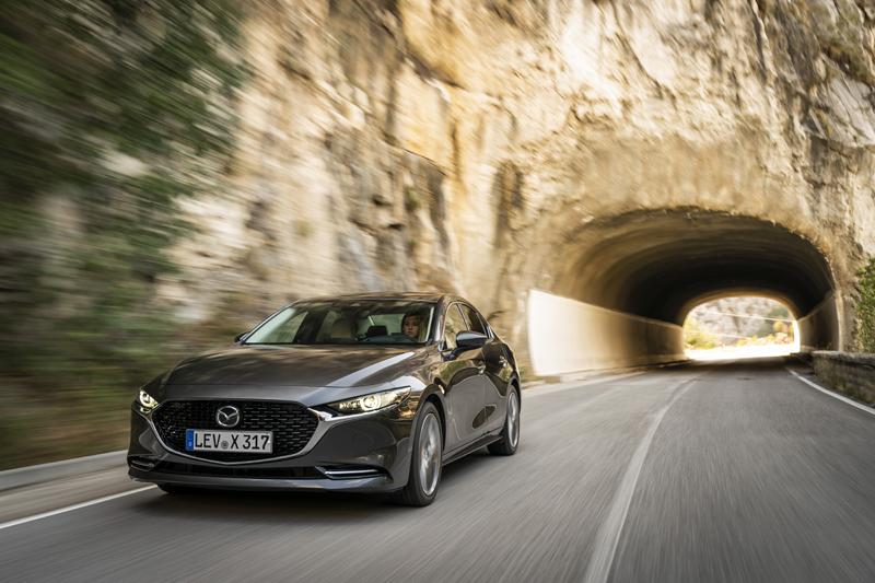 Kraftstoffverbrauch in l/100 km für Mazda3, innerorts 6,1, außerorts 4,5 kombiniert 5,1, CO2-Emissionen in g/km kombiniert 114