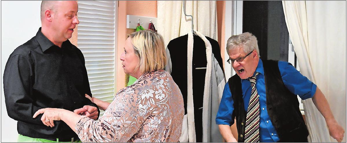 """Szene aus dem Stück """"Einmal ist keinmal"""", das gerade aufgeführt wurde: Jürgen Kapp, Margit Stadler und Rafael Barth (v. li.) vom """"Theater am Türmchen"""". ARCHIVFOTO: BOLTE"""