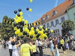 Die beiden Heimatfestvereinsvorsitzenden Raik Seidel und Benno Loff sowie Bürgermeister Michael Jahn schickten zum Jubiläum im letzten Jahr 180 Luftballons auf die Reise. FOTOS: ARCHIV/FRANK GROMMISCH