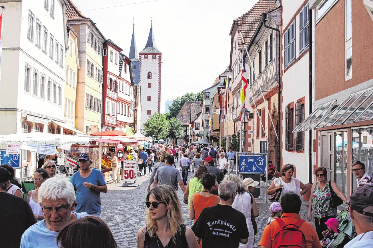 Dank geöffneter Geschäfte und vieler Markthändler gibt es beim Maimarkt wieder ein breites Angebot. FOTO: JÜRGEN KAMM