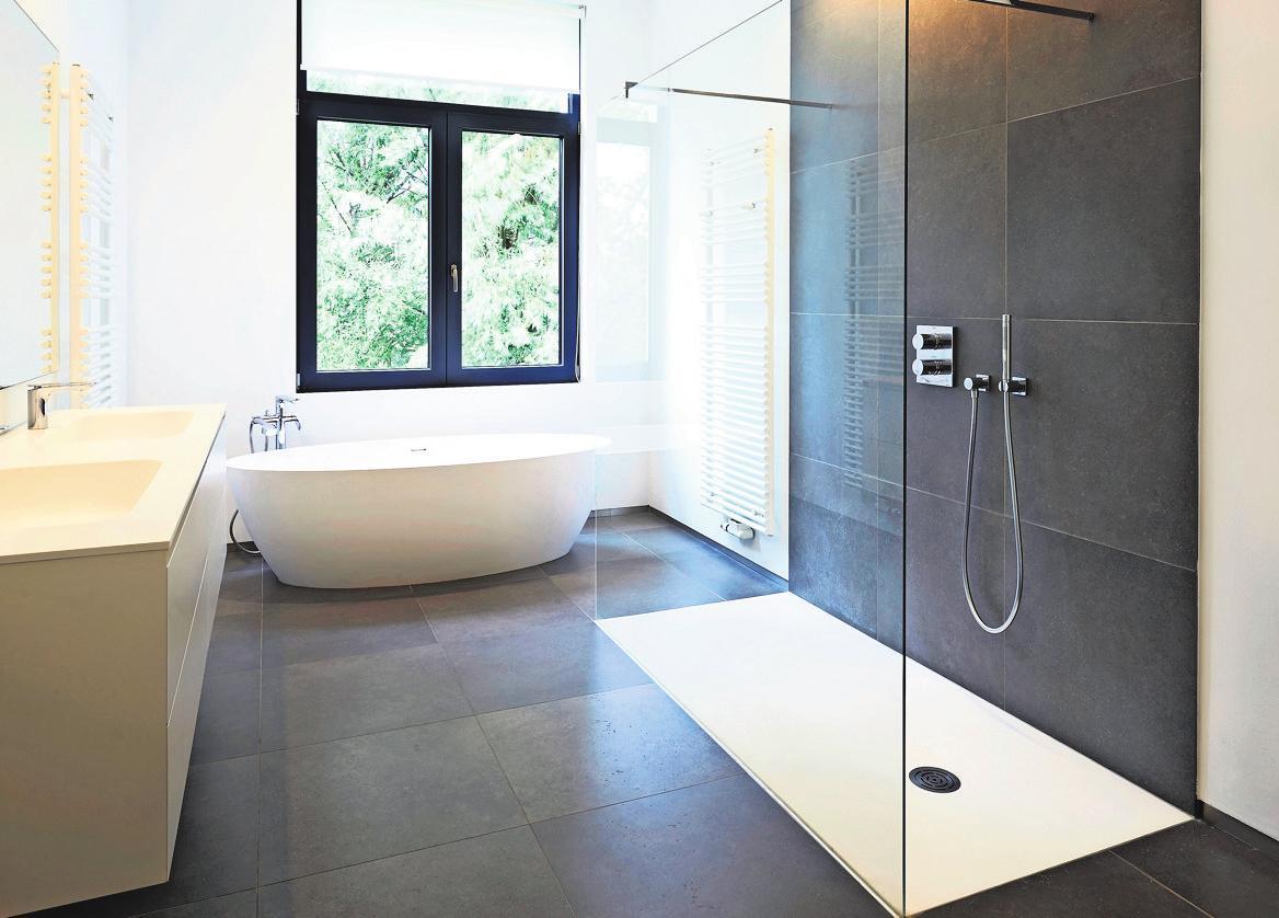 Eine bodengleiche Duschlösung macht den Duschbereich barrierefrei begehbar und kann bequem mit viel Bewegungsfreiheit genutzt werden. Foto: pbombaert - stock.adobe.com