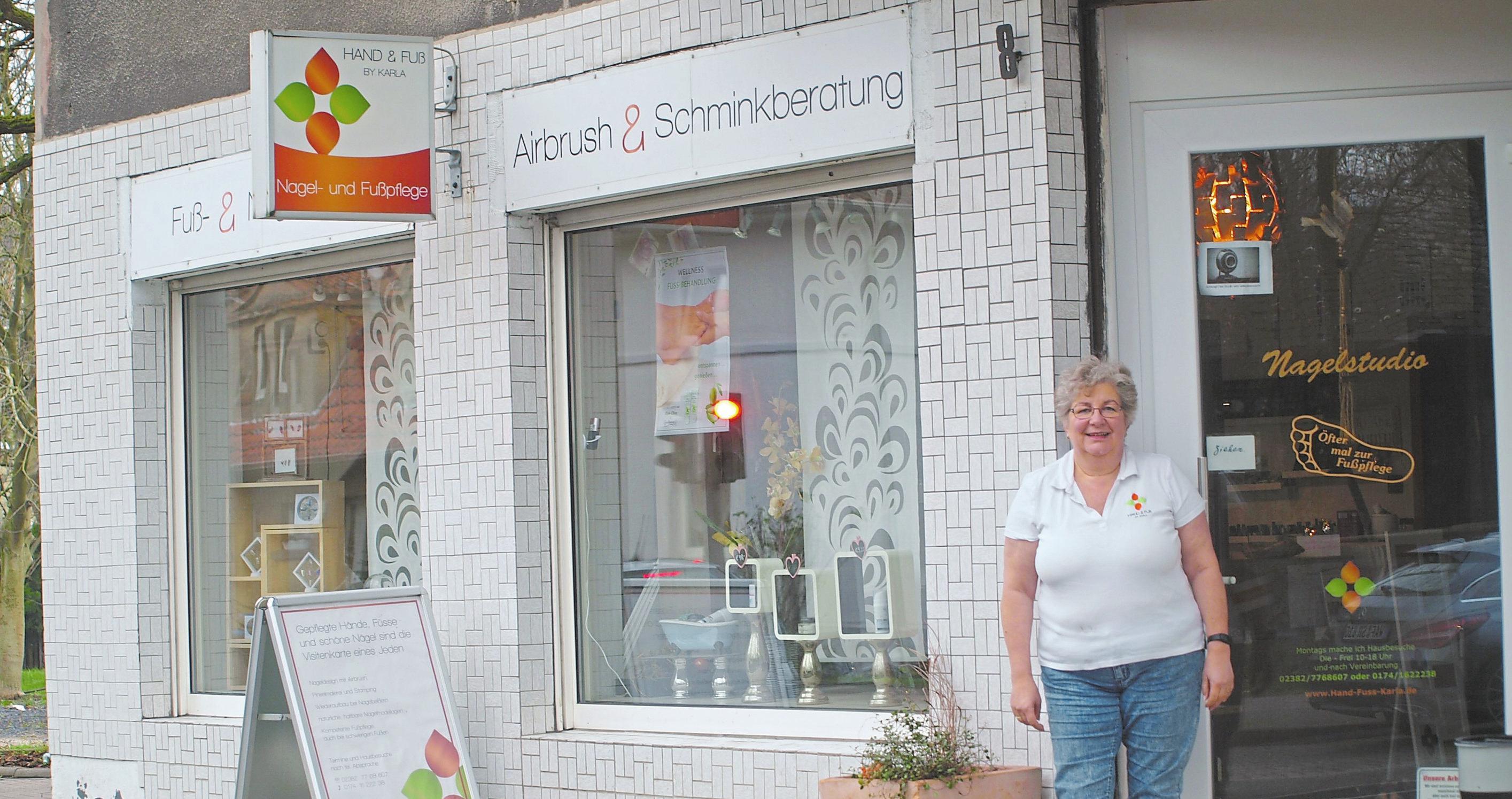 Karla Hilgers-Rajchl schaut mit ihren Kunden die Aufstellung des Rosenmontagszugs.