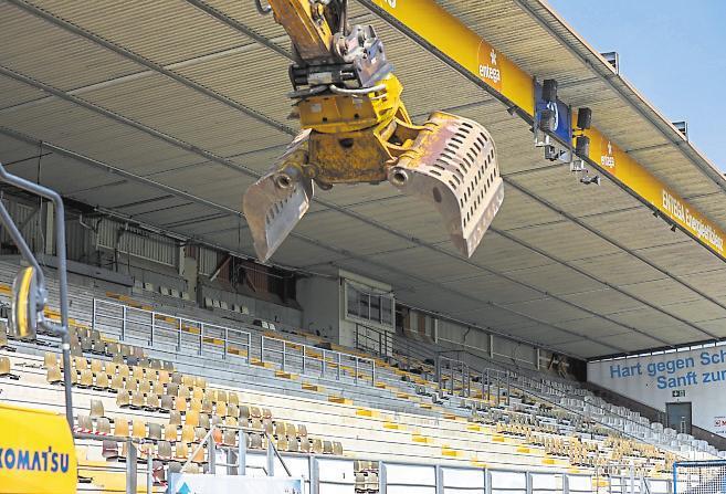 Die Bagger rollten an zum Abriss der Haupttribüne. Deren Erneuerung ist der nächste Schritt zu einer modernen Fußball-Arena. Bis 2022 soll sie fertig sein.
