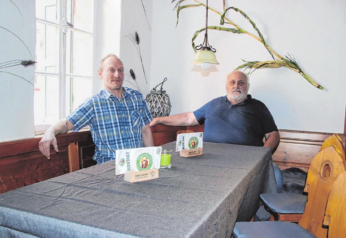 """Werner Link (rechts) und Michael Tröger wollen das Traditionslokal """"Wirtschaft zur Schäferlies"""" wieder mit neuem Leben füllen. Fotos: Kirsten Oechsner"""