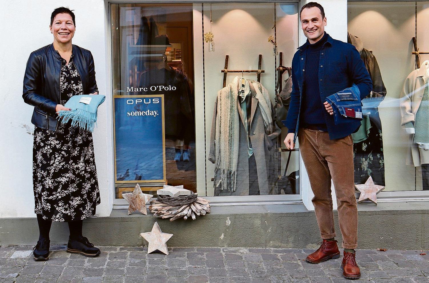 Petra Sutter und Michael Goldener von Huber Mode wissen, was Trend ist. Bild: Lea Sager