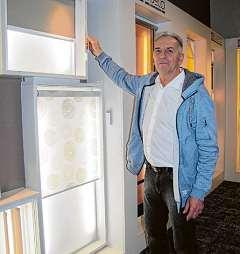 Günter Wolf zeigt Möglichkeiten für den Sonnenschutz Foto: Rutke