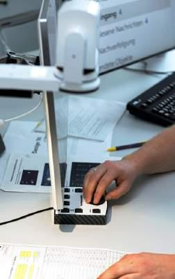 Menschen mit Sehbehinderung können dank technischer Hilfsmittel zur Vergrößerung Dokumente auf ihrem Bildschirm lesen.