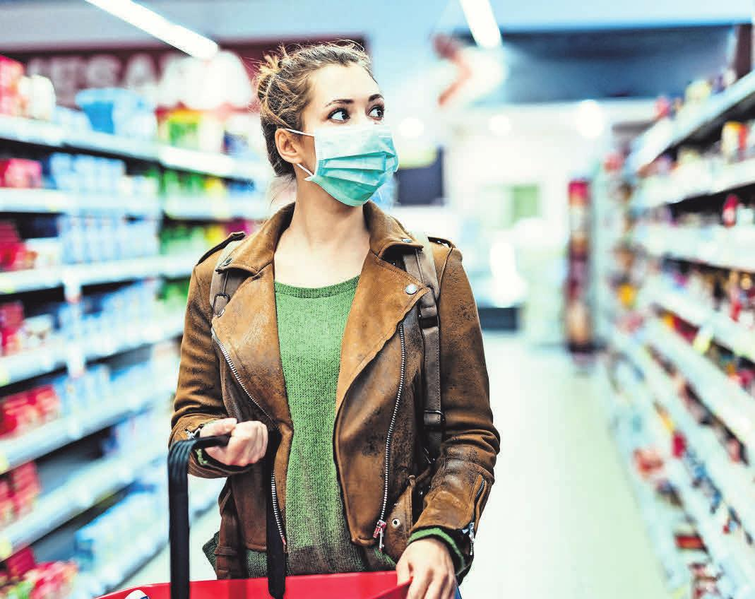 Chirurgische Masken schützen andere – ersetzen aber Maßnahmen wie den Mindestabstand von 1,5 Metern nicht. Foto: Drazen - stock.adobe.com