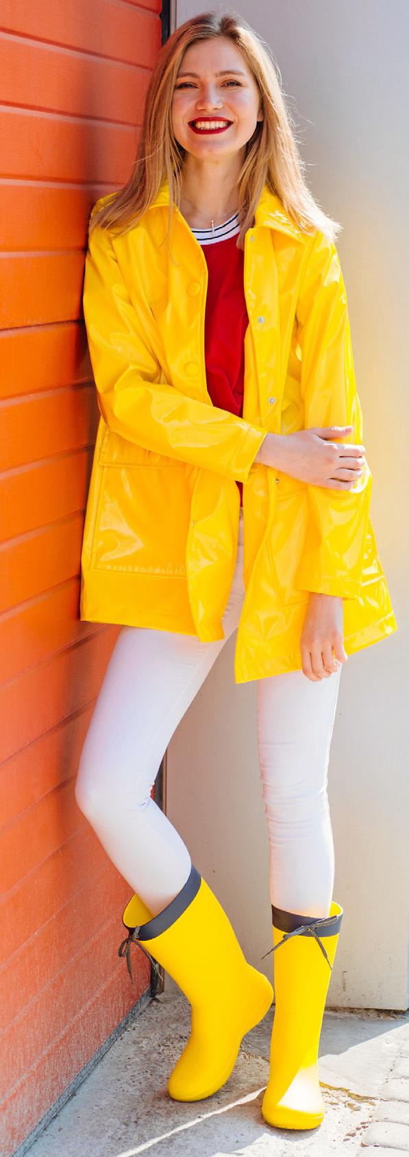 SALONFÄHIG Der klassische gelbe Regenmantel wird heute modisch kombiniert.