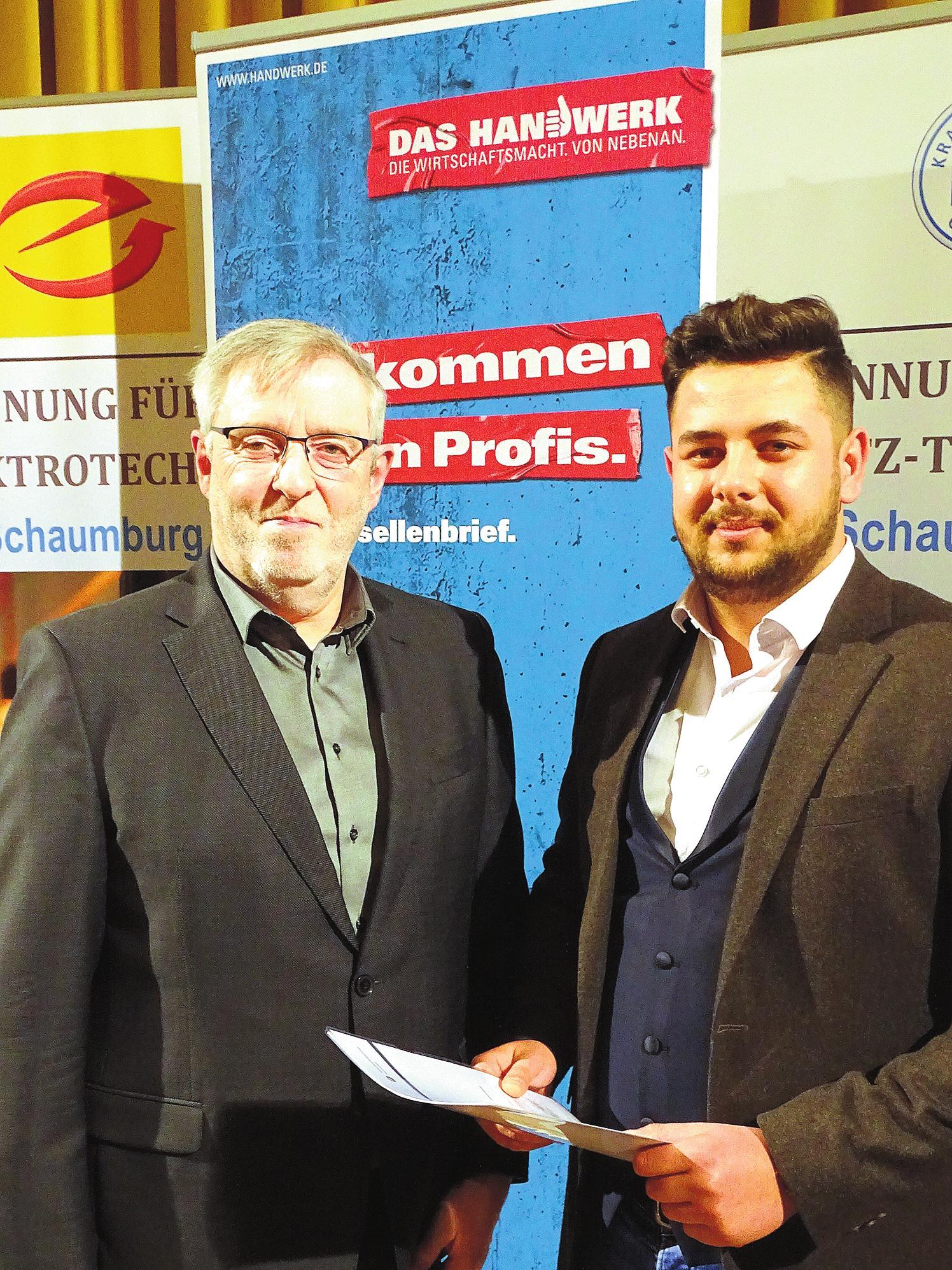 Fachverkäufer Bäckerei: Armend Berisha (Bäckerei Bertermann, Minden) – hier mit Kreislehrlingswart Walter Hardekopf.