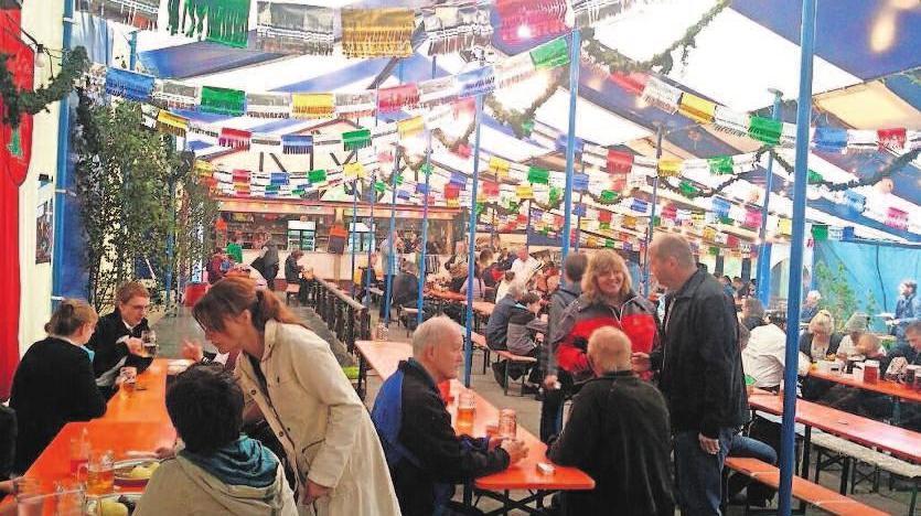"""Zur Köpplein-Kirmes kommen nicht nur die Lauschaer gern ins Festzelt, auch die """"Weggezogenen"""" freuen sich darauf, hier alte Bekannte wieder zu treffen. Foto: Tourist-Information"""