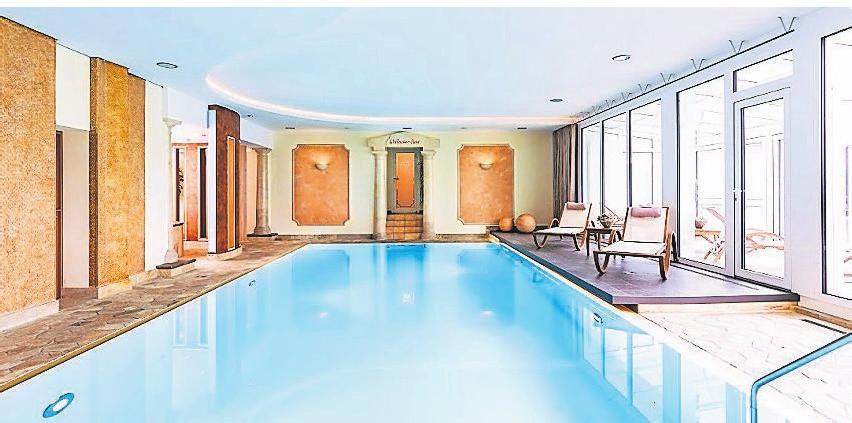 Ein 30 Grad warmes Schwimmbad und Saunen laden zum Entspannen ein.