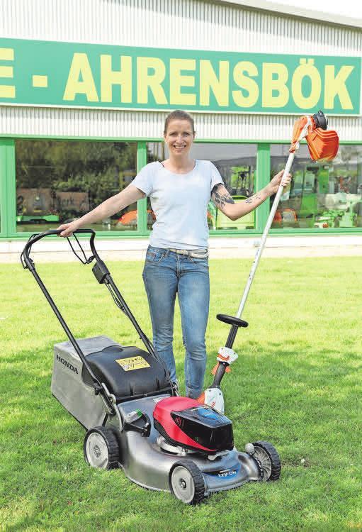 Gartenarbeit ist ganz einfach: Sonja Jaacks mit einem Honda-Rasenmäher und einer Stihl-Motorsense.