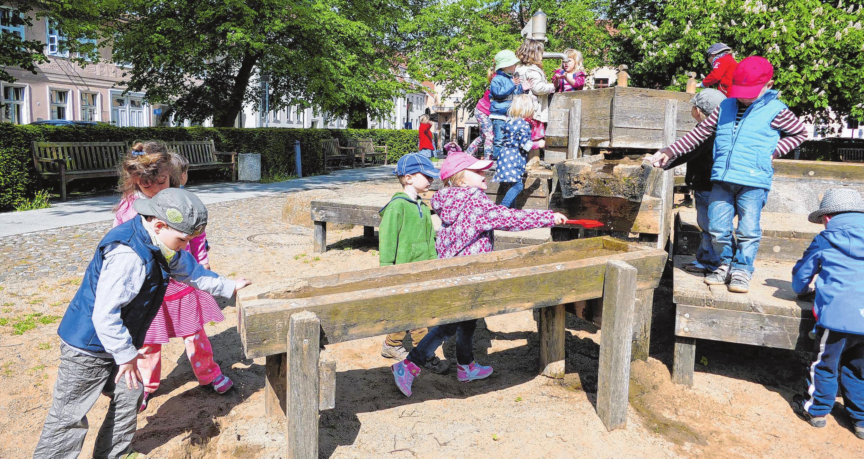 """Montessorie Kinderhaus Neuruppin am """"Neuer Markt"""": Mit Matschepampe spielt jedes Kind gerne. Besonders gut lassen sich Kuchen daraus formen. Foto: mae"""
