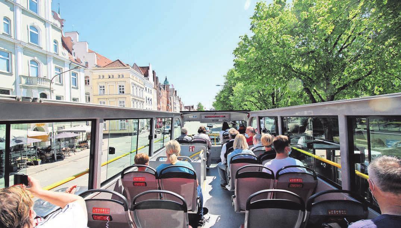 In der oberen Etage des Open-Air-Busses lernen Fahrgäste Lübeck aus einer ganz neuen Perspektive kennen. Foto: pa