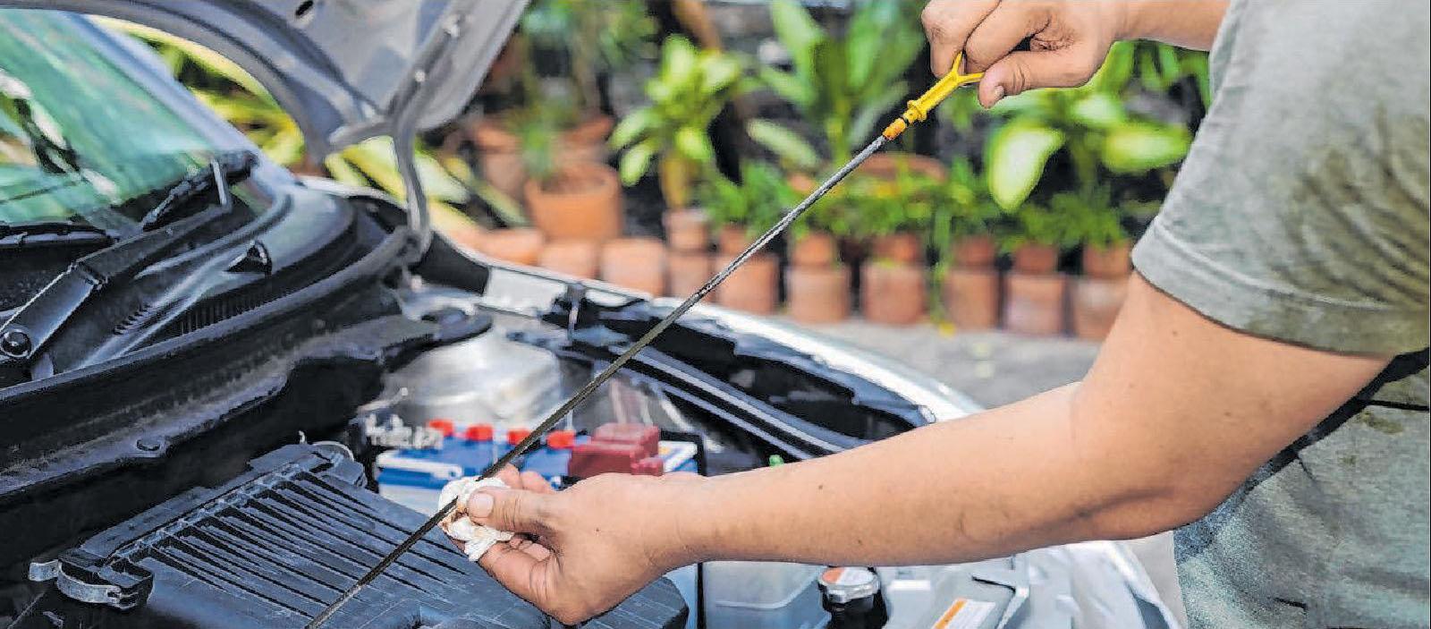 Autofahrer sollten sich in Sachen Öl nicht nur auf die Ölstandsanzeige des Autos verlassen. Foto: KHAMLAKSANA/Shutterstock