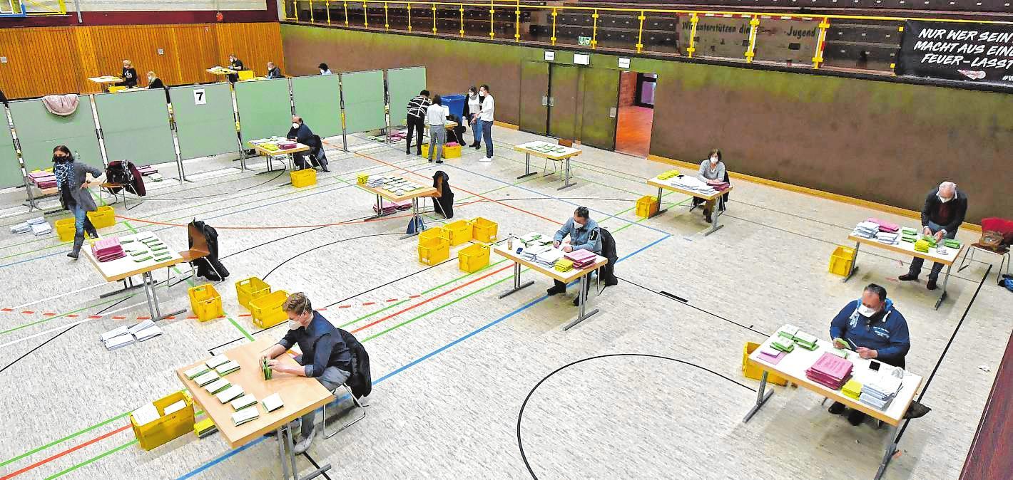 Um möglichst großen Abstand gewährleisten zu können, wurde die Auszählung der Briefwahlbezirke in die Weststadthalle verlegt.  Bilder: Dietmar Funck