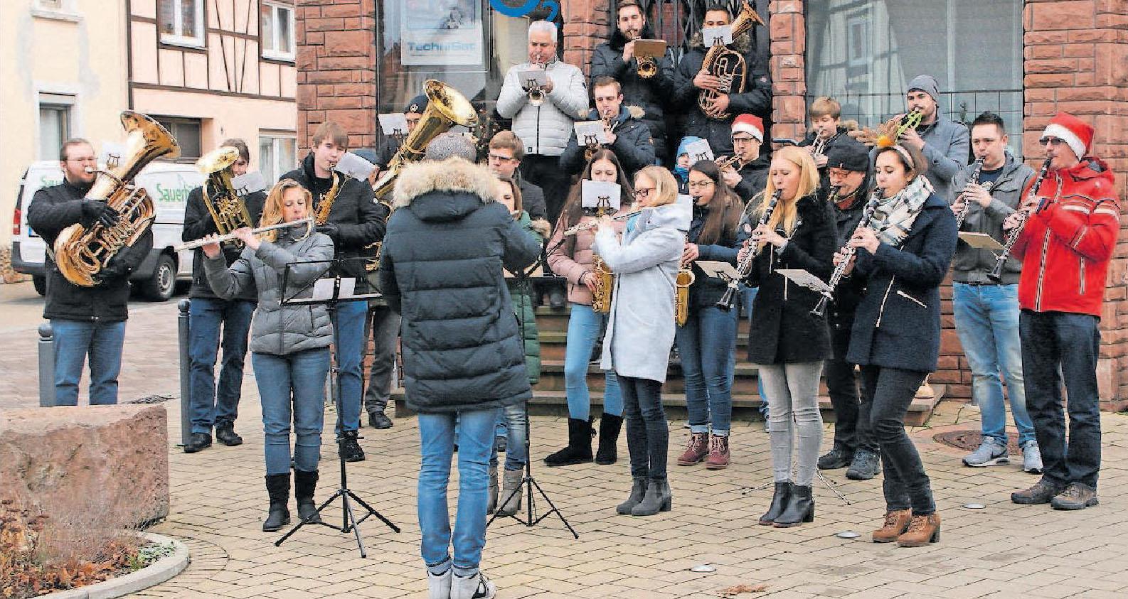"""Treffpunkt für bis zu 25 Musiker an Heiligabend: das """"Weihnachtliche Musizieren"""" in Iggelheim (hier die Station Luitpoldstraße/Ecke Taubenstraße 2017). FOTO: WITTMANN/MUSIKVEREIN IGGELHEIM/FREI"""