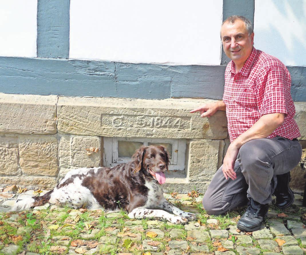 """Gerhard Elsner vor der Grundmauer der 1844 errichteten """"Alten Schule"""" – wird die ehemaligen Schüler interviewen. FOTOS: R"""