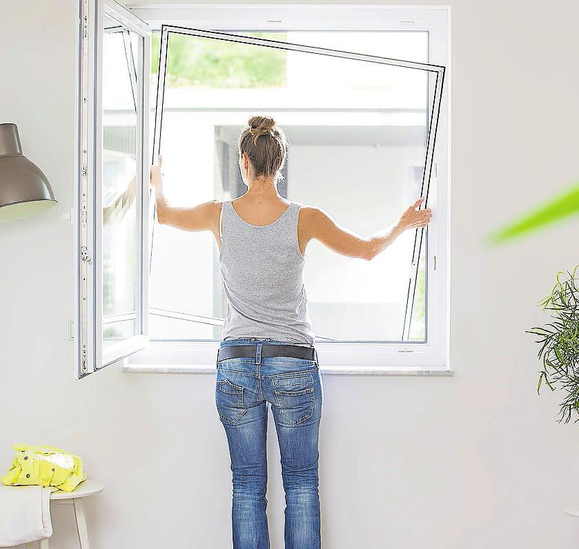 Es gibt für jede Fassadenöffnung den passenden Rahmen. Damit das Kellerfenster nicht zum Einfallstor für Spinnen und anderes Getier wird, kann eine feinmaschige Gaze über dem Lichtschacht montiert werden. FOTOS: VFF/NEHER SYS