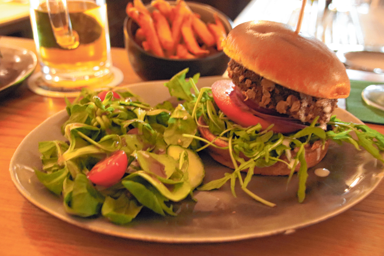 Der Chrispy-Falafel-Burger zählt zu den neuesten Burgervariationen und beruht auf einem altägyptischen Rezept. FOTO: MF
