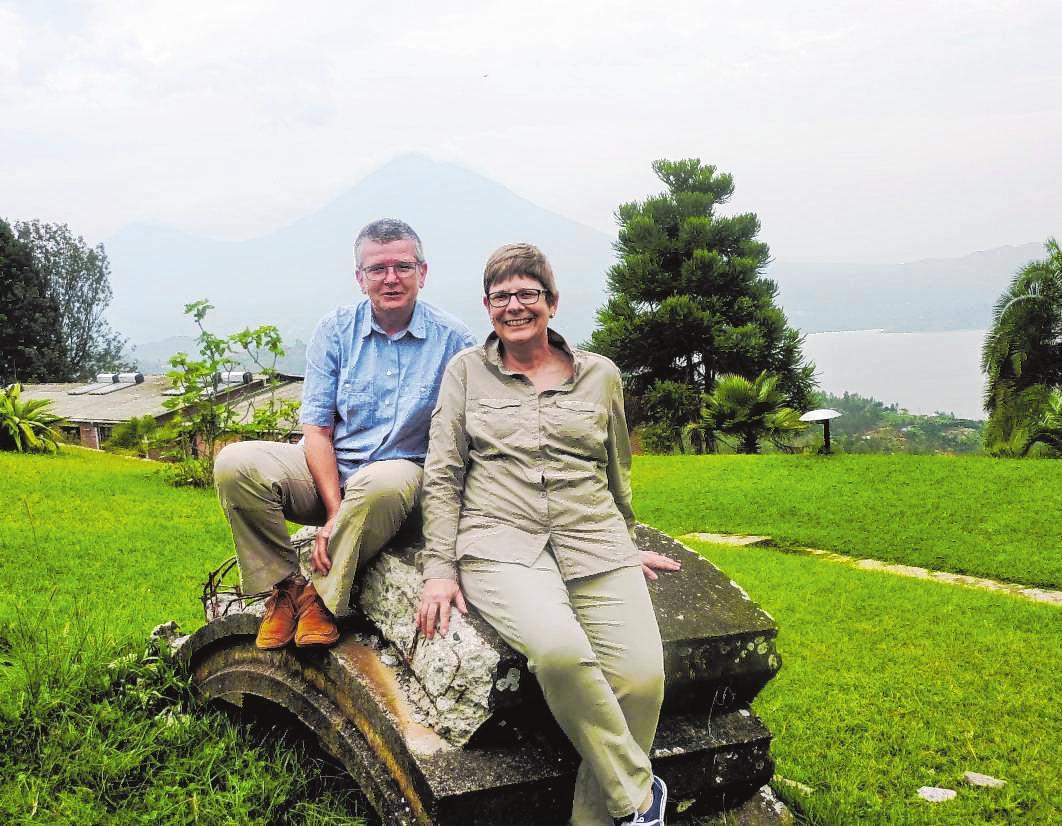 Dr. Brigitte Tost, Chefärztin am Bensheimer Hospital (r.), mit ihrer Studienfreundin Dr. Uta Elisabeth Düll, die in Gikonko in Ruanda ein Gesundheitszentrum leitet.