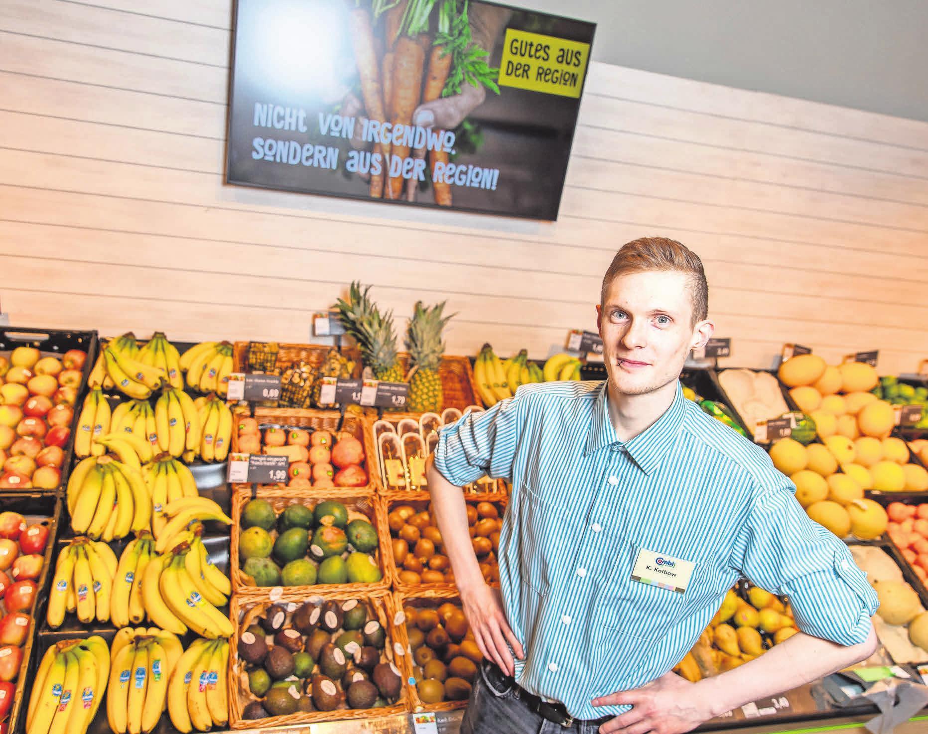 Mehr Frische in der neuen Obst- und Gemüseabteilung. Marktmitarbeiter Kenneth Kolbow präsentiert das umfangreiche Angebot.