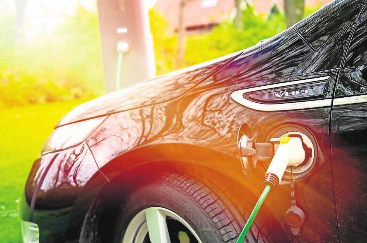 Wer einen E- oder Hybriddienstwagen auch privat nutzt, muss bis 2030 nur die Hälfte des geldwerten Vorteils versteuern. Foto: ghazii adobe