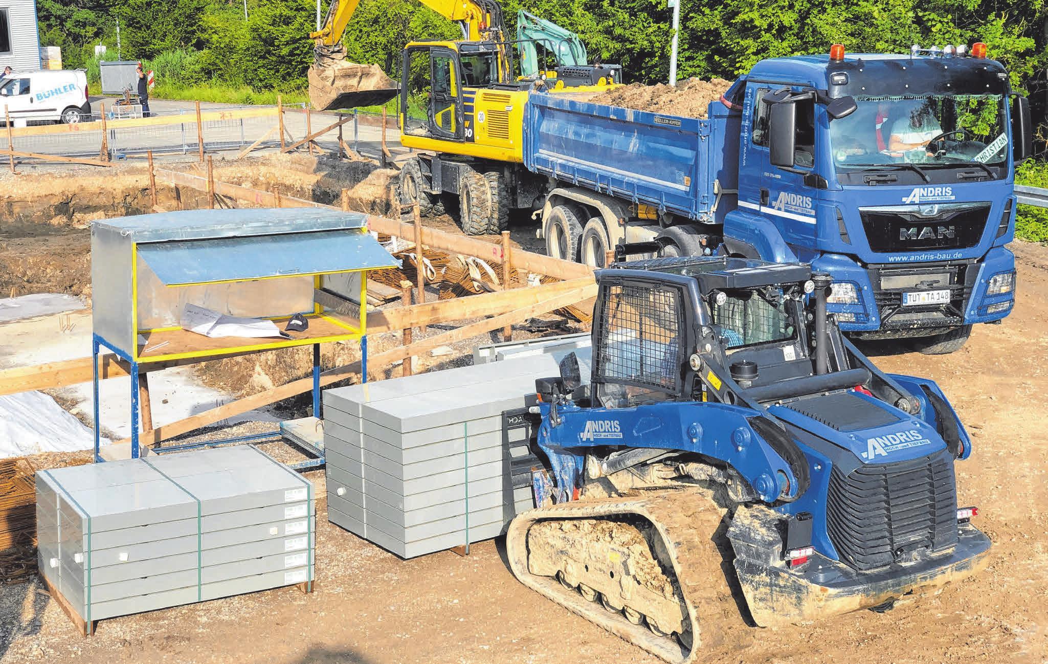 Der moderne und breit aufgestellte Fuhr-, Geräte- und Maschinenpark des Bauunternehmens Andris ist stets an der blauen Farbe zu erkennen. Foto: Andris