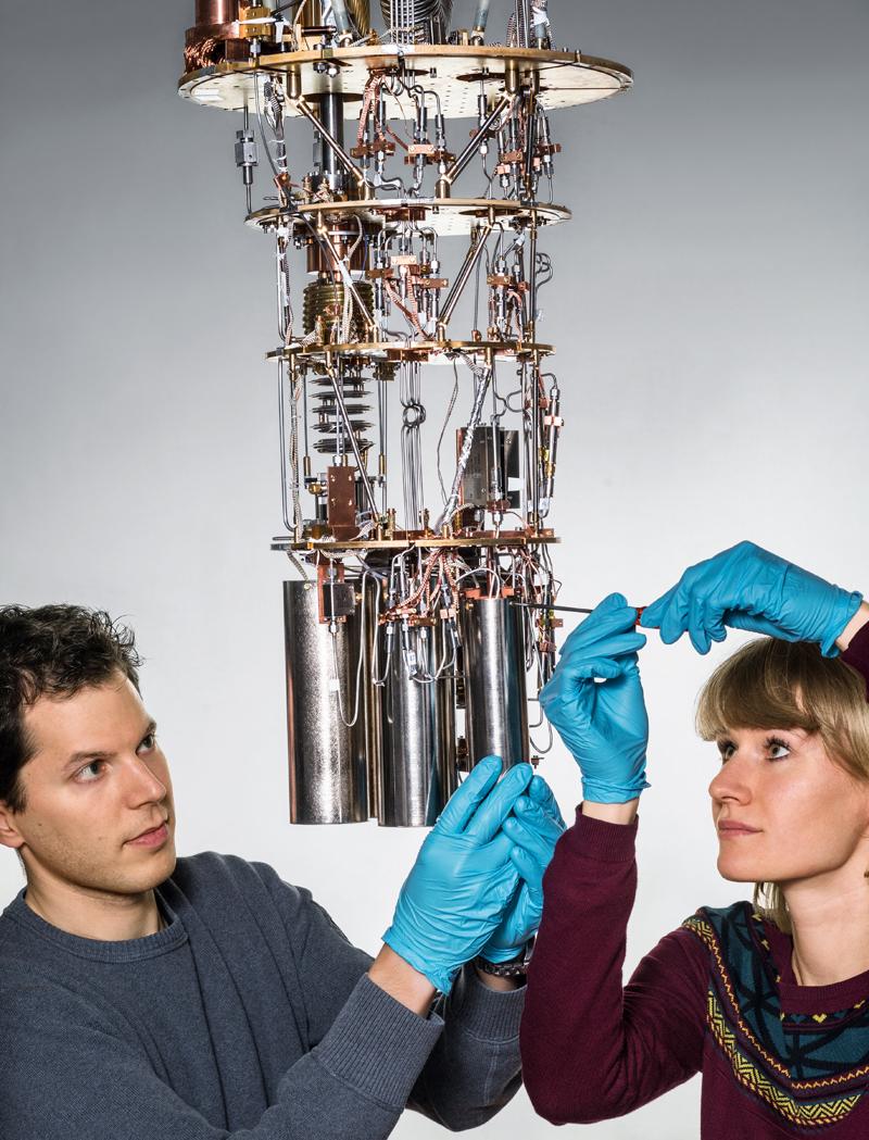Quantenphysik: Lars Steffen und Anna Stockklauser von der ETH Zürich richten den Mischkryostaten ein, um Quanteneigenschaften zu messen.