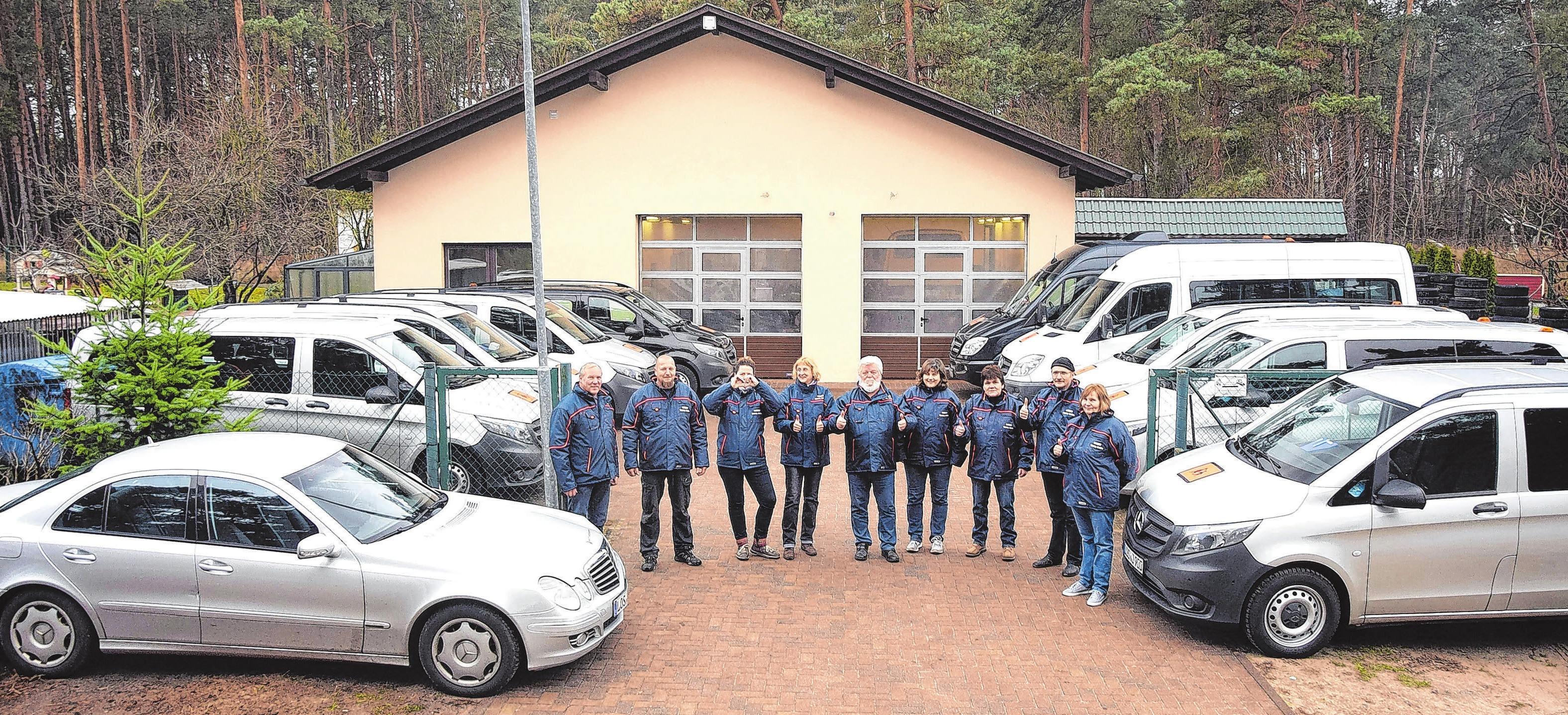 Freude über 25 Jahre: Hennry Jarzina (l.) und sein gerade anwesendes Teams freuen sich über das Firmenjubiläum. Fotos: Reinhard Witteck